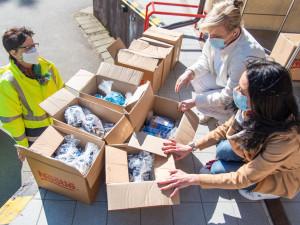 FOTO: Veřejnost pomáhá Fakultní nemocnici v Olomouci. Poskytuje roušky, sladkosti či kávu