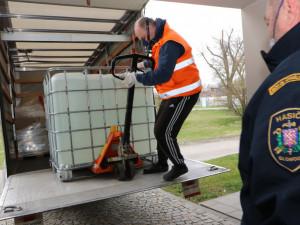 Do Olomouce přivezli zásilku 2000 litrů dezinfekčního prostředku