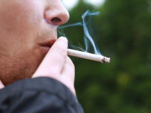 Na ulici už si nezapálíte. Policisté mohou pokutovat kuřáky za nenasazenou roušku