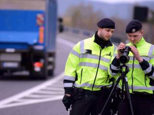 Nohu z plynu! Policie i v nouzovém stavu kontroluje rychlost na silnicích