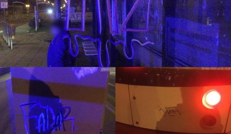 Mladíci v Olomouci pomalovali zastávky tramvaje i samotnou tramvaj
