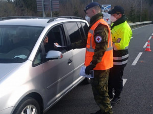 Česko-polskou hranici překročilo v Mikulovicích za dva týdny 4500 vozů