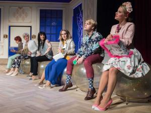 Moravské divadlo odvysílá komedii Vzpoura nevěst přes internet. Sledováním můžete přispět na provoz mobilního hospice