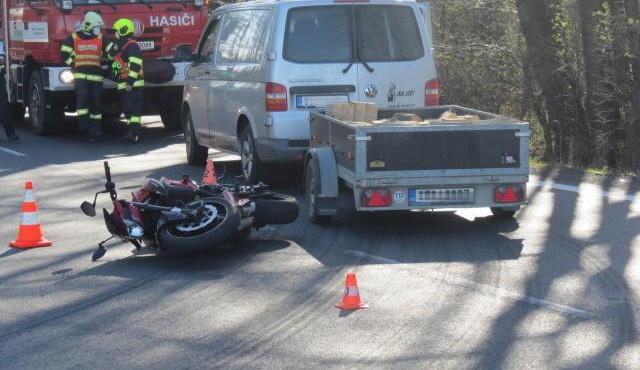 Řidič si nevšiml blížící se motorky a vjel do křižovatky