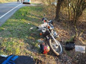 Motorkář nezvládl zatáčku a naboural do stromu. Do nemocnice letěl vrtulníkem