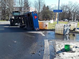AKTUALIZOVÁNO: V Přerově se převrátila vlečka s barely hnojiva. Koncentrovaná kapalina vytekla na silnici