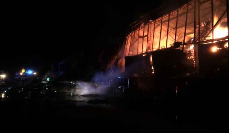 AKTUALIZOVÁNO: V Zábřehu museli v noci zasahovat hasiči. U hořící haly pravděpodobně stráví celý den