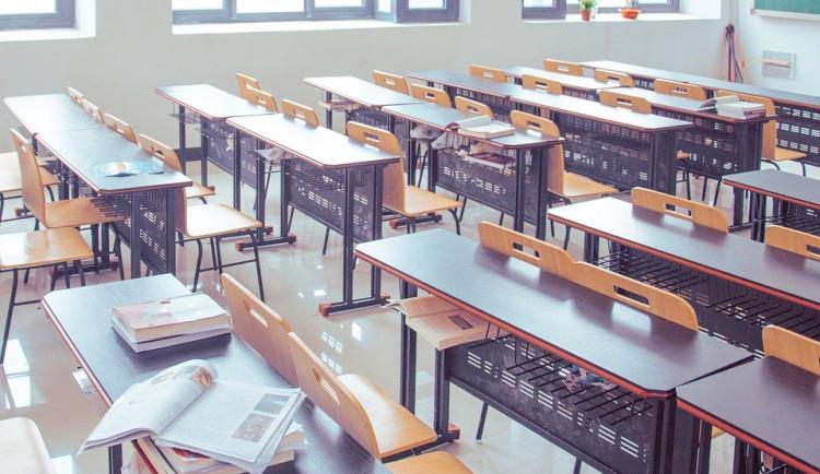 Nedoporučujeme do prázdnin otevírat školy, říkají epidemiologové