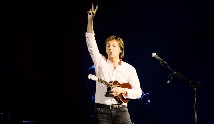 Bocelli, McCartney, či Morissette. Světoznámí zpěváci zahrají zdravotníkům a nemocným