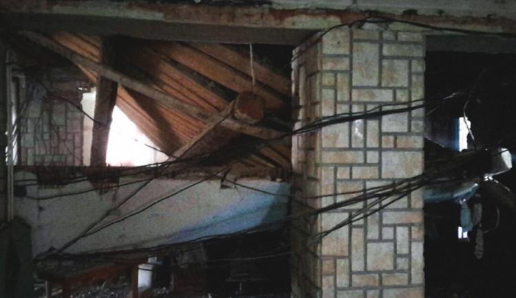 V Adolfovicích se v bývalé restauraci propadl strop, na místě zasahují hasiči i statik