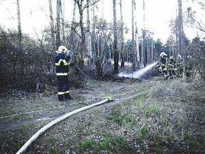 Na Olomoucku hořel les, požár přítomní hasiči krotili do noci. Hasilo se také na Prostějovsku