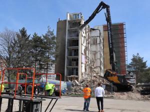 Přerovská ubytovna Chemik jde k zemi, včera se obnovila demolice