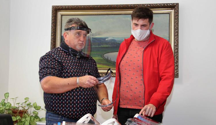 Učitelé ze Střední průmyslové školy strojnické v Olomouci vyrábějí ochranné štíty. Věnují je třeba do dětských domovů