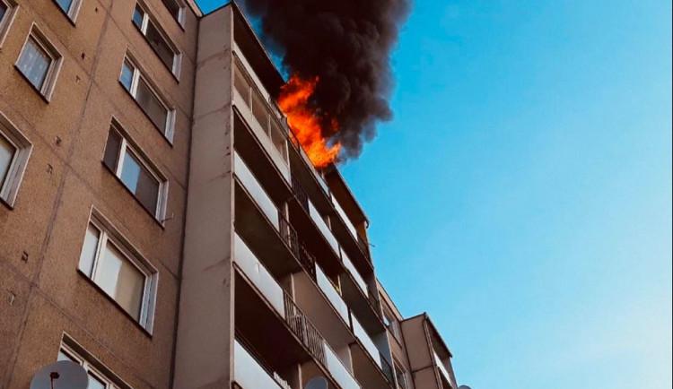 V ranních hodinách hořel byt v nejvyšším patře panelové budovy, čtyři lidé se zranili, evakuováno bylo dvanáct osob