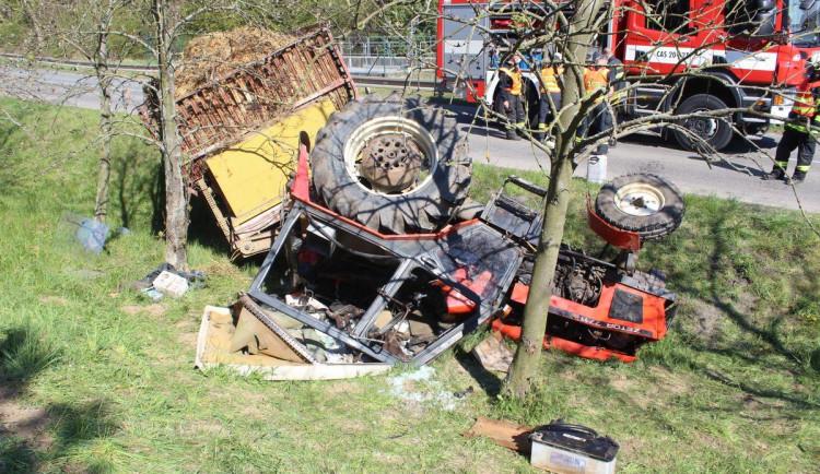 FOTO: Traktor havaroval na rovném úseku silnice, řidiče museli z pod vozidla vyprošťovat hasiči