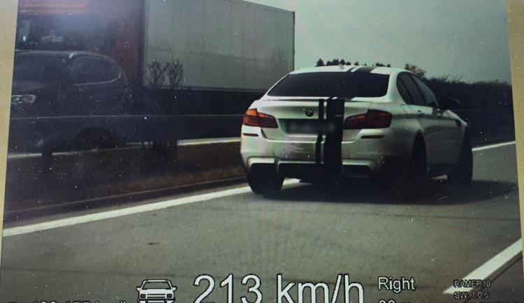 Řidič se na dálnici u Olomouce proháněl rychlostí 213 kilometrů v hodině