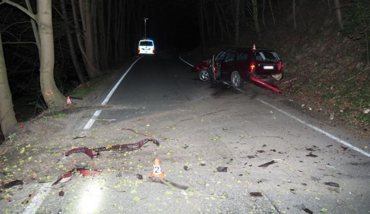 Mladý řidič nezvládl zatáčku a narazil do stromu. Přivolané policii řekl, že alkohol pil až po nehodě doma