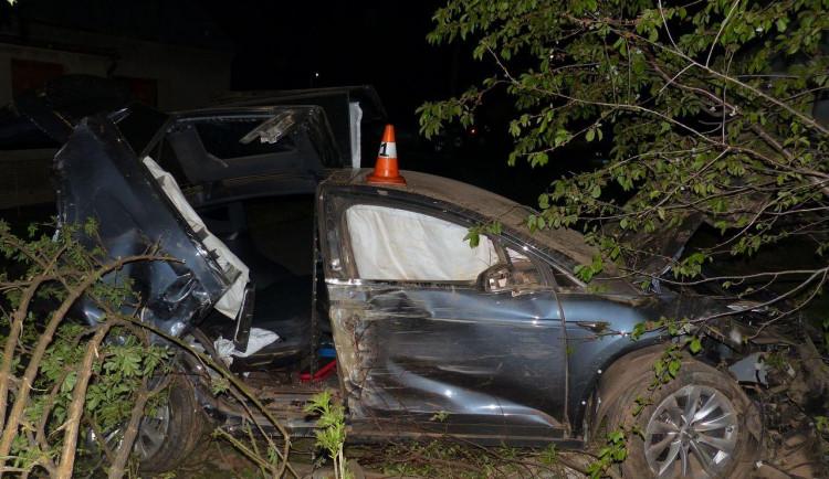 Řidič nevybral zatáčku a narazil do plotu, následně pak do zdi domu