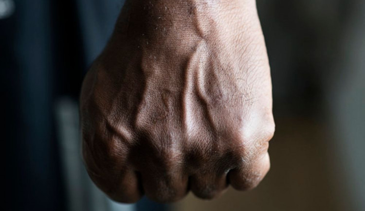 Opilý agresivní muž napadl ženu v jejím bytě a poškodil dvoje dveře