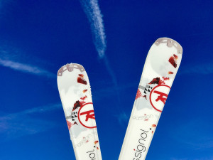 Stovky lidí míří do půjčoven s lyžemi. Až od pondělí je mohly vrátit
