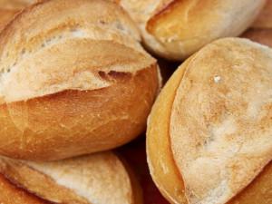 Dva mladíci kradli měsíc v kuse pečivo ze dvora prodejny potravin, celkem si odnesli 500 rohlíků, 11 chlebů, koláčky a koblihy