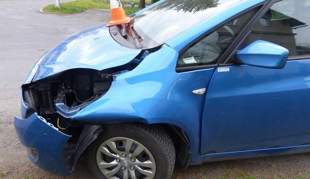 Řidič nedal přednost jinému vozidlu. Škoda na automobilech je 185 tisíc korun