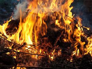 Hasiči na dnešní pálení čarodějnic nedoporučují vůbec zapalovat ohně
