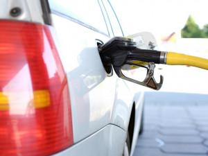 Benzin je v Česku nejlevnější od května roku 2009