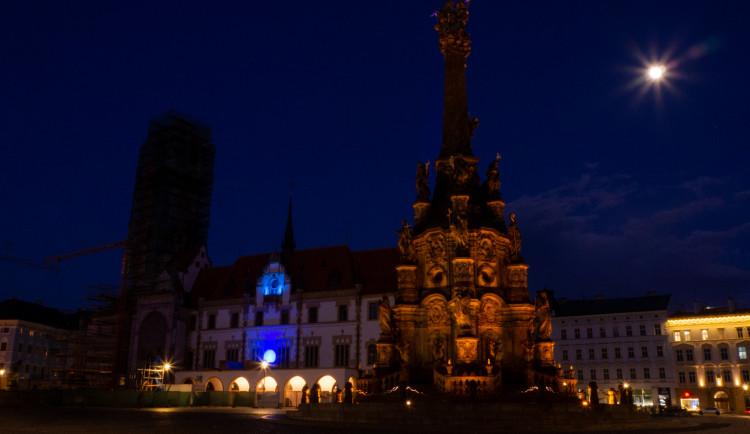 FOTO: Radnice a Trojice se oděly do modré. Barva připomíná Světový den plicní hypertenze