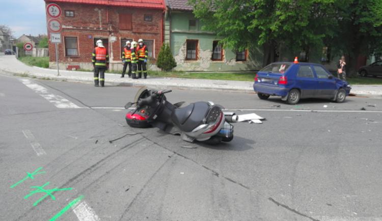 FOTO: Řidička Felicie vjela do cesty motorkáři, skončil v nemocnici