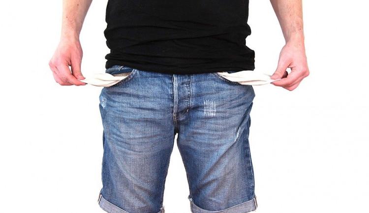 Více než polovina Čechů má v současné době problém vyjít s výplatou