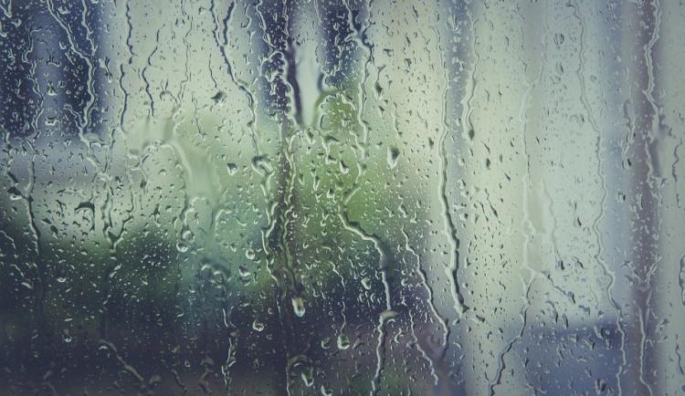 Po víkendu se ochladí, v týdnu bude i nadprůměrně pršet