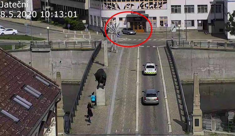 VIDEO: Řidička to přehnala s couváním a narazila do zdi hospody. Její manévr zaznamenala kamera