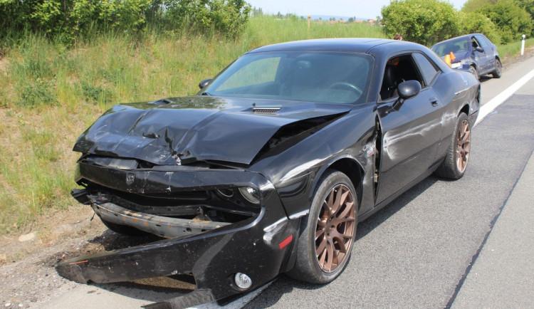 FOTO: Řidič ve sporťáku narazil na dálnici do dvou aut, škoda se vyšplhala na téměř půl milionu