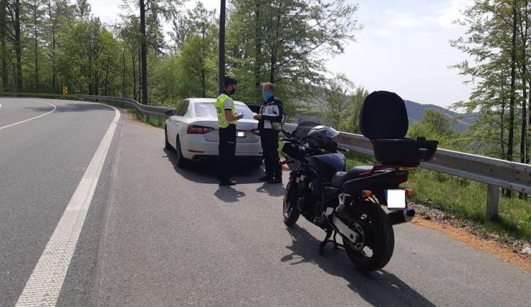 Policisté se o víkendu zaměřili na kontrolu motocyklistů v nebezpečných úsecích
