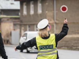 Mladý řidič porušil celou řadu předpisů a policistům se snažil ujet. Skončil v cele