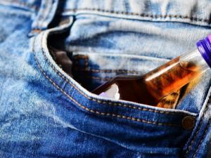 Zloději ve čtvrtek kradli alkohol. Jeden si chtěl odnést osmnáct lahví, druhý pil už v obchodě
