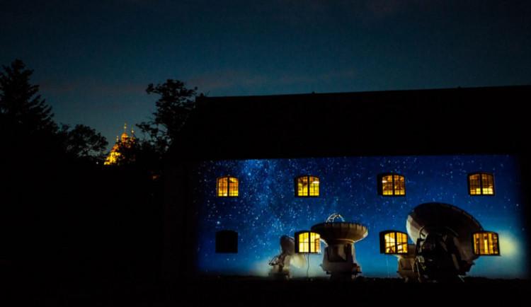 Tradiční Noc vědců se posune na listopad. Posvítí si na roboty