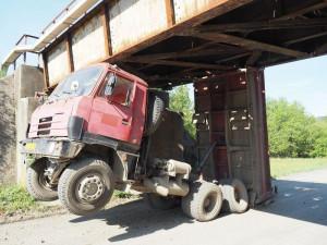 Kamion narazil do mostu. Za Bludovem zastavil železniční dopravu