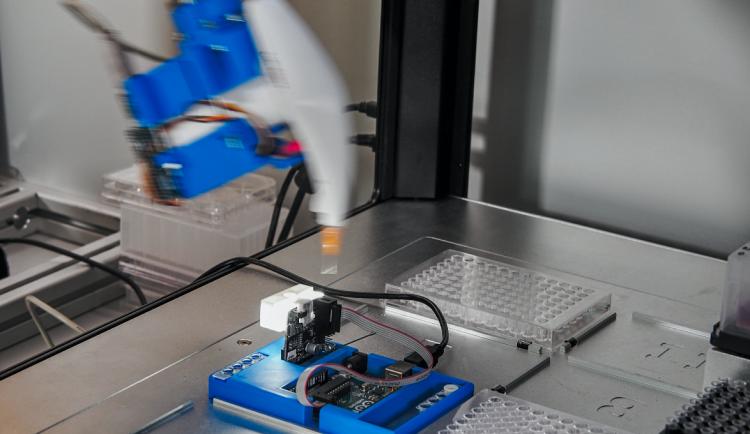 FOTO: Olomoučtí vyvinuli robota jménem Popelka, umí připravit vzorky pro rostlinný výzkum