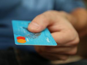 Žena poslala na Facebooku údaje své platební karty neznámému muži. Hned začal nakupovat online