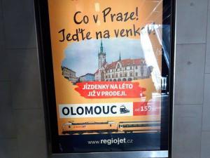 Co v Praze? Jeďte na venkov! Dopravce nabízí jízdenky do Olomouce kontroverzní kampaní