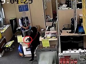 VIDEO: Žena přepadla elektro s airsoftovou pistolí. Odešla s nepořízenou