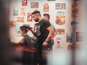 Konec štítů pro kadeřnice, barbery či pedikérky? Babiš to v pondělí navrhne vládě