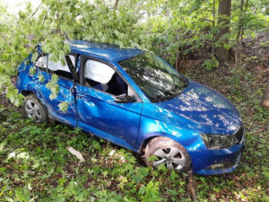 FOTO: Mladík si od mámy vzal auto bez jejího vědomí. Jízdu ukončil v lese