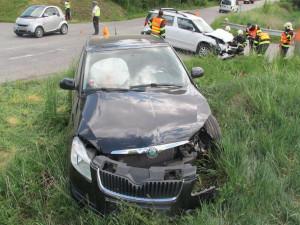 Řidič nezastavil na stopce a smetl auto na hlavní. Posádku převezli do nemocnice