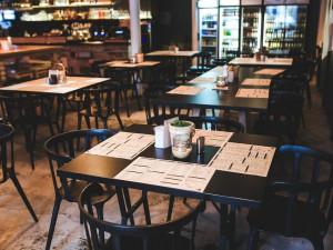 Lidé mohou od pondělí do restaurací a hospod, některá omezení ale dál platí