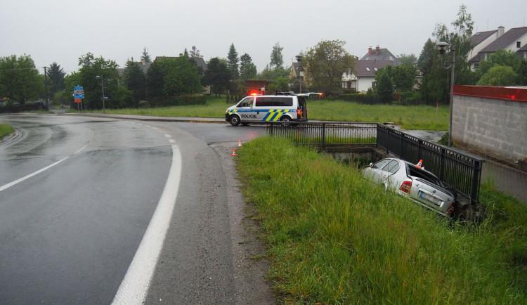 FOTO: Řidiče přepadla únava. S Octavií skončil v příkopu