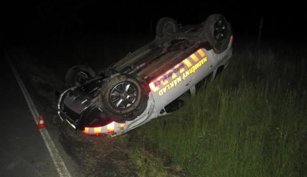 Řidič v noci nezvládl jízdu a skončil na střeše v příkopu