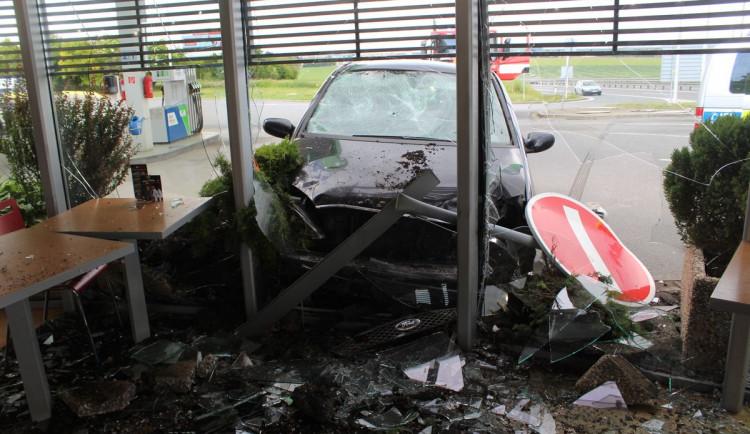 FOTO: Řidič Fordu na dálnici zazmatkoval a zastavil až nárazem do čerpací stanice